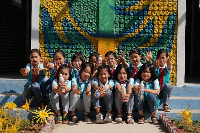 Trao tặng nhà vệ sinh bằng gạch chai nhựa đầu tiên tại Việt Nam cho học sinh tỉnh Thái Nguyên - Ảnh 4.