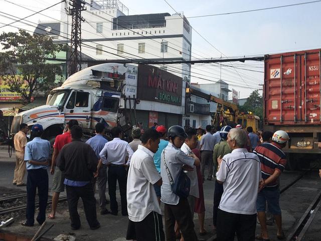 Bình Dương: Nhân viên đường sắt ngủ quên không gác chắn, xe container bị tàu hoả tông đứt rời - Ảnh 2.