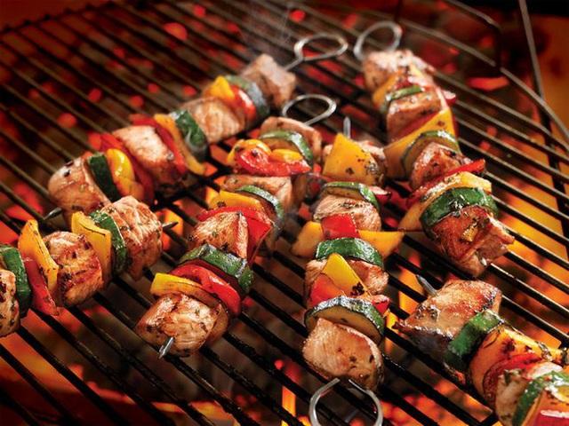 Thịt nướng là món khoái khẩu của không ít người, nhưng nếu mắc phải 5 sai lầm sau đây, món thịt thơm ngon sẽ hóa chất độc - Ảnh 2.