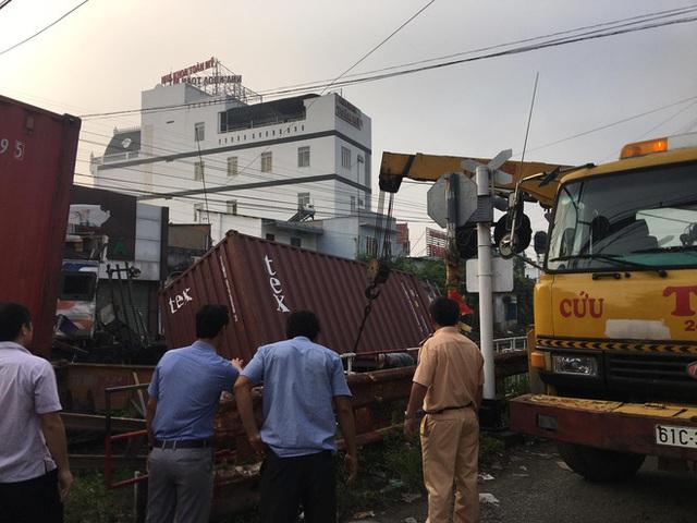 Bình Dương: Nhân viên đường sắt ngủ quên không gác chắn, xe container bị tàu hoả tông đứt rời - Ảnh 3.