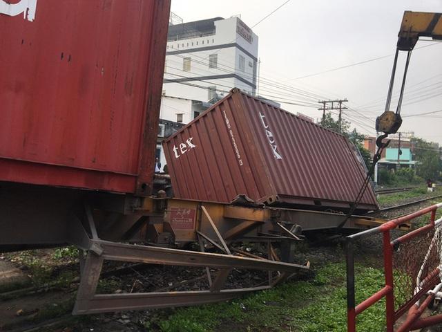 Bình Dương: Nhân viên đường sắt ngủ quên không gác chắn, xe container bị tàu hoả tông đứt rời - Ảnh 4.