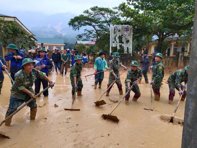 Hình ảnh lính biên phòng căng mình thu dọn lớp bùn dày cả mét sau mưa lũ - Ảnh 1.