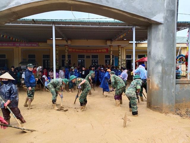 Hình ảnh lính biên phòng căng mình thu dọn lớp bùn dày cả mét sau mưa lũ - Ảnh 2.
