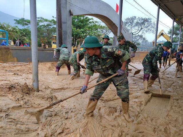 Hình ảnh lính biên phòng căng mình thu dọn lớp bùn dày cả mét sau mưa lũ - Ảnh 3.