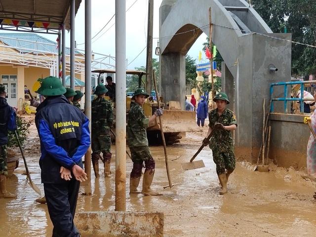 Hình ảnh lính biên phòng căng mình thu dọn lớp bùn dày cả mét sau mưa lũ - Ảnh 4.