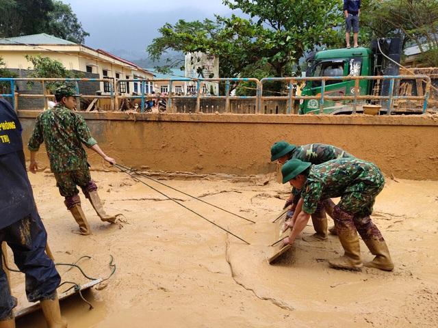 Hình ảnh lính biên phòng căng mình thu dọn lớp bùn dày cả mét sau mưa lũ - Ảnh 5.