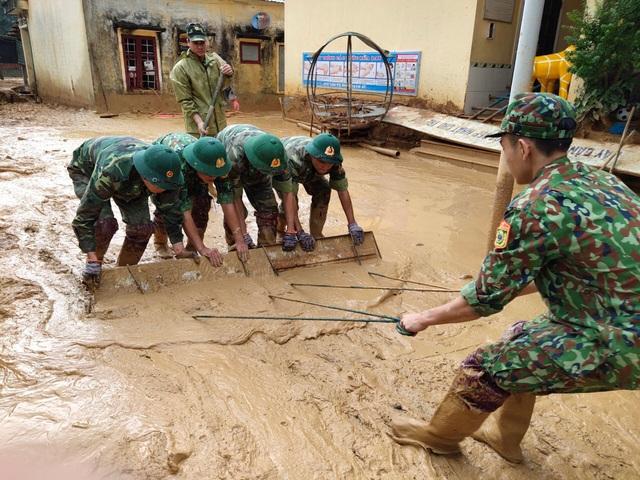 Hình ảnh lính biên phòng căng mình thu dọn lớp bùn dày cả mét sau mưa lũ - Ảnh 6.