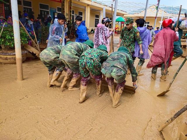 Hình ảnh lính biên phòng căng mình thu dọn lớp bùn dày cả mét sau mưa lũ - Ảnh 7.