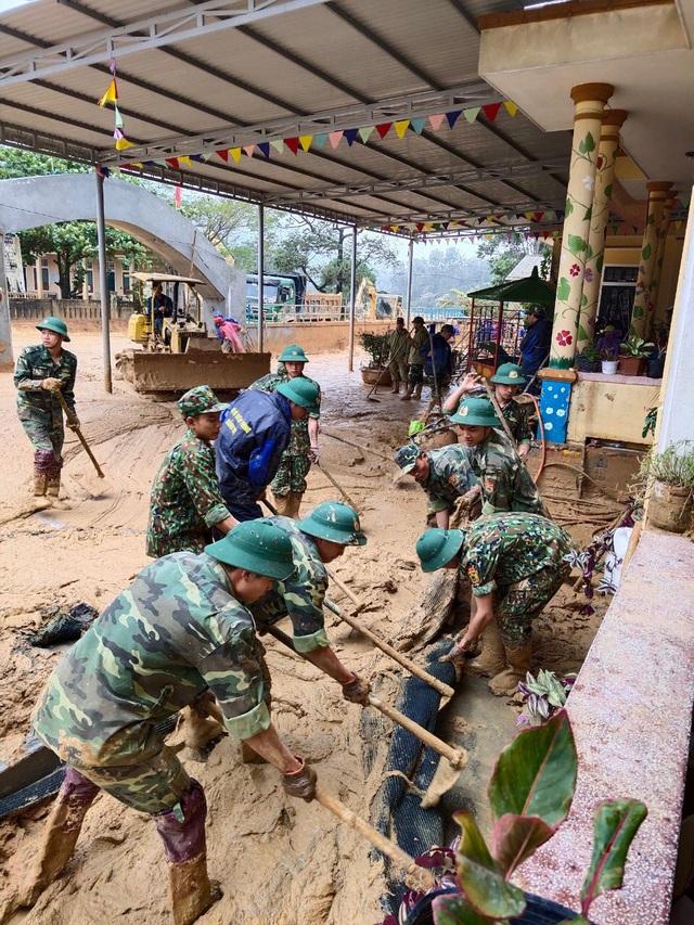 Hình ảnh lính biên phòng căng mình thu dọn lớp bùn dày cả mét sau mưa lũ - Ảnh 8.
