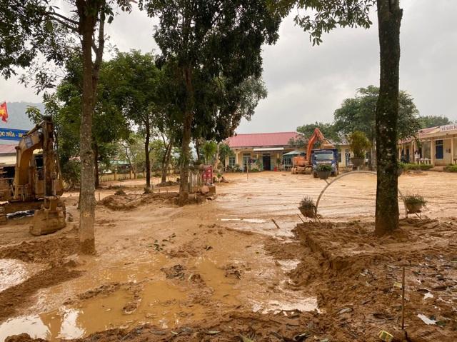 Hình ảnh lính biên phòng căng mình thu dọn lớp bùn dày cả mét sau mưa lũ - Ảnh 9.