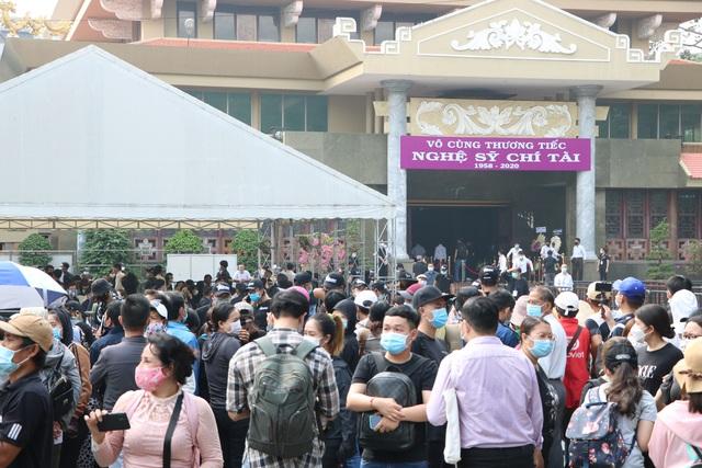 Người Sài Gòn đội nắng xếp hàng dài chờ viếng nghệ sĩ Chí Tài - Ảnh 3.