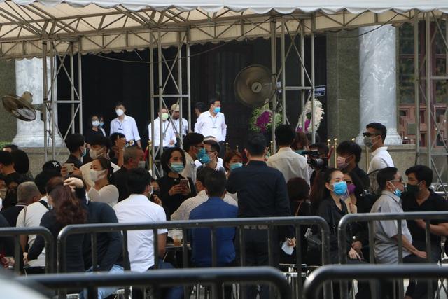 Người Sài Gòn đội nắng xếp hàng dài chờ viếng nghệ sĩ Chí Tài - Ảnh 4.