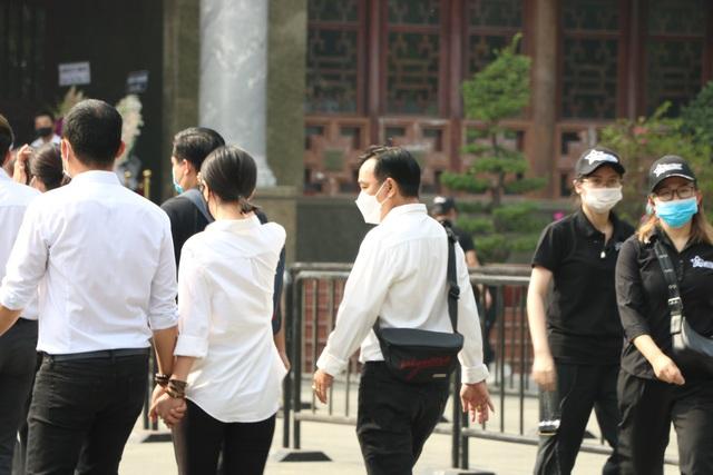 Người Sài Gòn đội nắng xếp hàng dài chờ viếng nghệ sĩ Chí Tài - Ảnh 5.