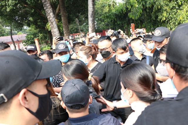 Người Sài Gòn đội nắng xếp hàng dài chờ viếng nghệ sĩ Chí Tài - Ảnh 6.
