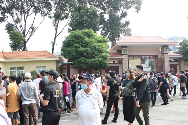 Người hâm mộ đến rất sớm tiễn đưa cố nghệ sĩ Chí Tài - Ảnh 2.