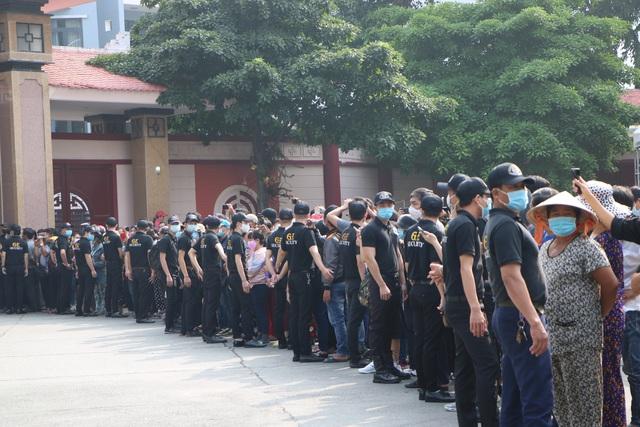 Người Sài Gòn đội nắng xếp hàng dài chờ viếng nghệ sĩ Chí Tài - Ảnh 2.