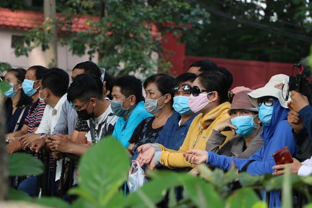 Người Sài Gòn đội nắng xếp hàng dài chờ viếng nghệ sĩ Chí Tài - Ảnh 8.