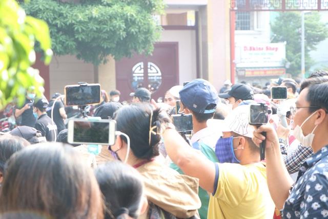 Người hâm mộ đến rất sớm tiễn đưa cố nghệ sĩ Chí Tài - Ảnh 5.