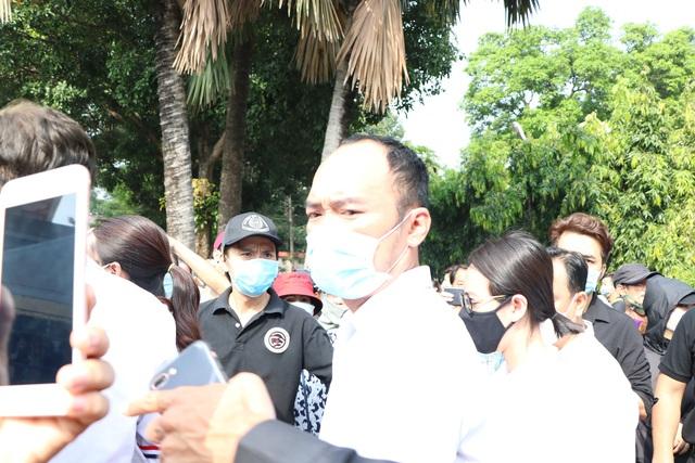 Người Sài Gòn đội nắng xếp hàng dài chờ viếng nghệ sĩ Chí Tài - Ảnh 10.