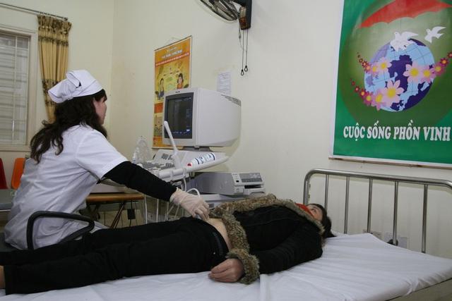 Hoảng hồn với những phụ nữ đau bụng quằn quại vào viện mới biết mang khối u khủng - Ảnh 3.