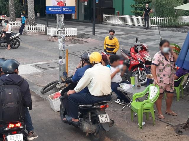 Nhiều người dân bị phạt hành chính do không đeo khẩu trang - Ảnh 2.