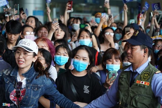 NSND Hồng Vân, Bích Phương dừng show, nhóm nhạc Hàn WINNER vẫn diễn bất chấp virus corona - Ảnh 6.