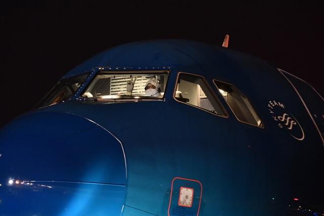Những hình ảnh chưa biết về chuyến bay đưa công dân Việt Nam từ Vũ Hán về nước - Ảnh 7.