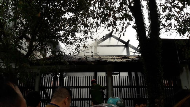 Bà hỏa thiêu rụi ngôi nhà gỗ 3 gian ở Hà Tĩnh - Ảnh 2.