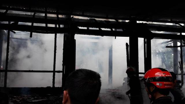 Bà hỏa thiêu rụi ngôi nhà gỗ 3 gian ở Hà Tĩnh - Ảnh 1.
