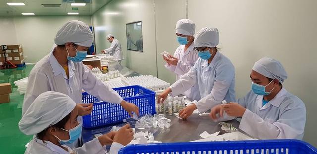 Dược sĩ chung tay tặng miễn phí 50.000 chai nước rửa tay khô cho người dân phòng dịch virus corona - Ảnh 4.