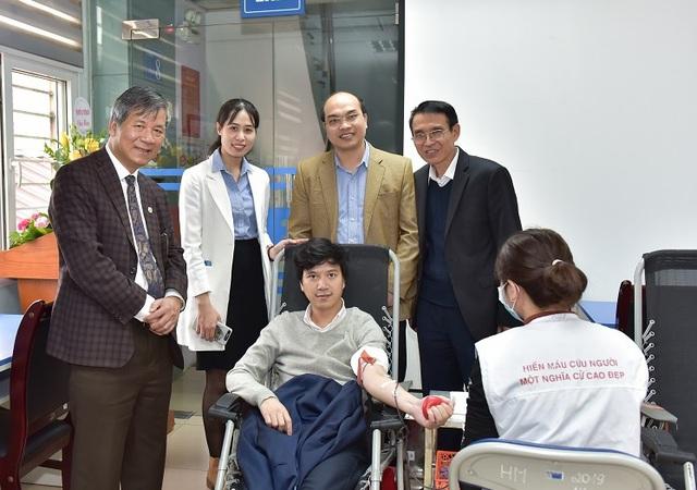 Hàng nghìn cán bộ y tế tham gia hiến máu trong mùa dịch corona - Ảnh 3.