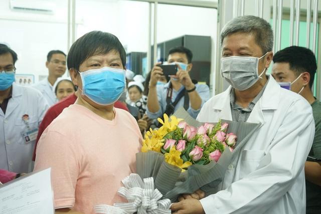 Ông lão người Trung Quốc nhiễm COVID-19 nặng nhất xuất viện: Không thể quên được ơn nghĩa Việt Nam! - Ảnh 2.