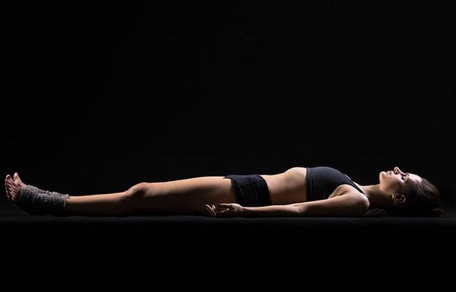 9 tư thế yoga tăng cơ hội thụ thai cho bạn - Ảnh 8.