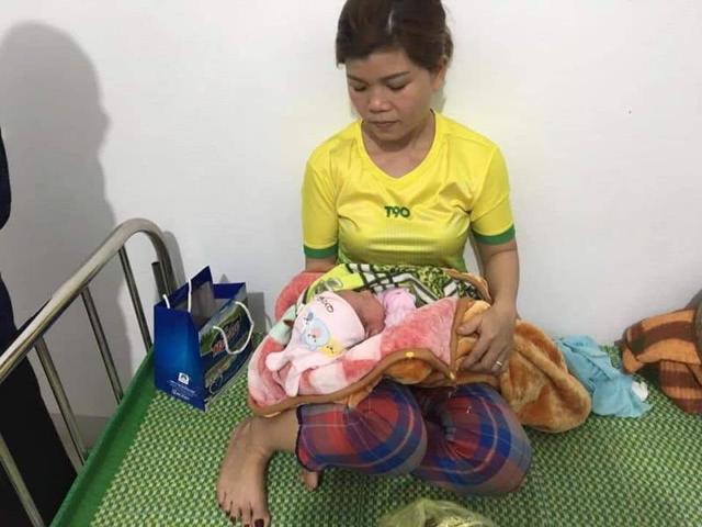 Hà Tĩnh: Phát hiện bé gái sơ sinh bị bỏ rơi trước cổng nhà vợ chồng hiếm muộn - Ảnh 1.