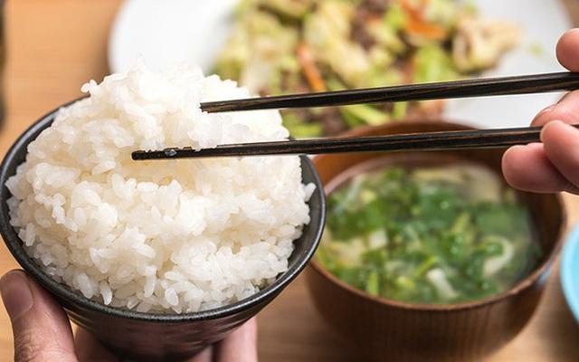 Sai lầm trong bữa cơm gây hại sức khỏe nhiều người Việt đang mắc - Ảnh 1.