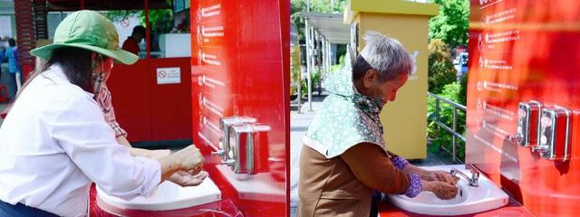 Lifebuoy lắp đặt hàng loạt trạm rửa tay dã chiến miễn phí, cùng người dân phòng chống corona - Ảnh 2.