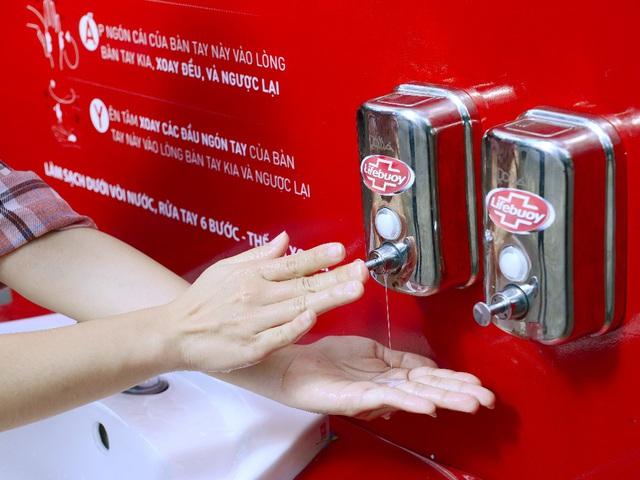 Lifebuoy lắp đặt hàng loạt trạm rửa tay dã chiến miễn phí, cùng người dân phòng chống corona - Ảnh 4.