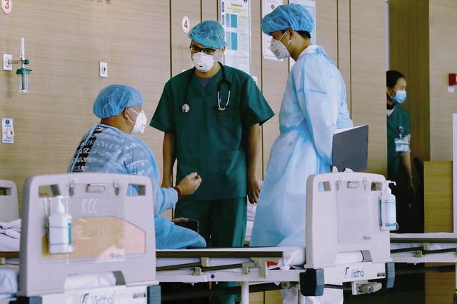 Chia sẻ nao lòng của những bác sỹ trực diện ngày đêm với COVID-19 - Ảnh 2.