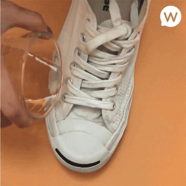 Giày trắng lấm lem bùn đất vì trời mưa ẩm, hãy ngâm chúng vào thứ nước này để trắng tinh như mới - Ảnh 11.