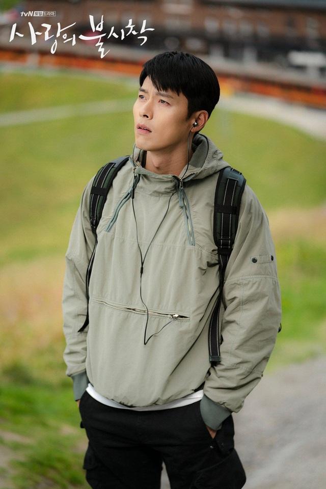 Tủ đồ hiệu của anh quân nhân Hyun Bin trong phim Hạ cánh nơi anh - Ảnh 2.
