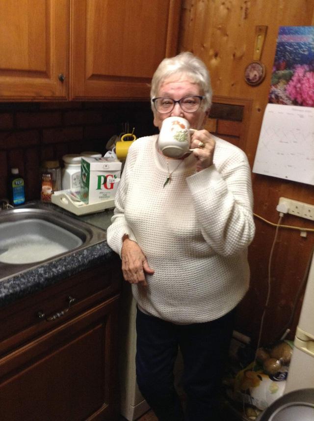 Nhìn gà hóa cuốc, cụ bà mua nhầm hộp bao cao su 30 chiếc vì tưởng là trà túi lọc - Ảnh 2.
