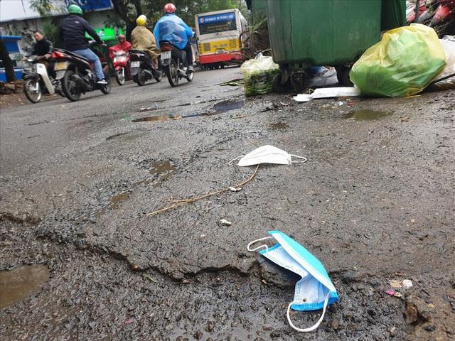 Xử phạt hành chính đối với hành vi vứt, thải bỏ khẩu trang không đúng nơi quy định - Ảnh 2.