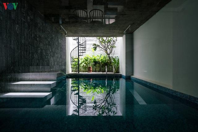 Ngôi nhà cá tính với tông màu xám, có bồn rửa và bồn tắm được đặt ngay trong phòng ngủ như đồ trang trí - Ảnh 2.