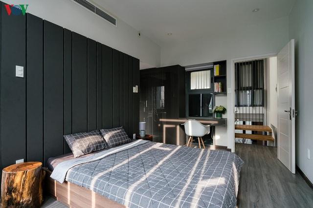 Ngôi nhà cá tính với tông màu xám, có bồn rửa và bồn tắm được đặt ngay trong phòng ngủ như đồ trang trí - Ảnh 11.