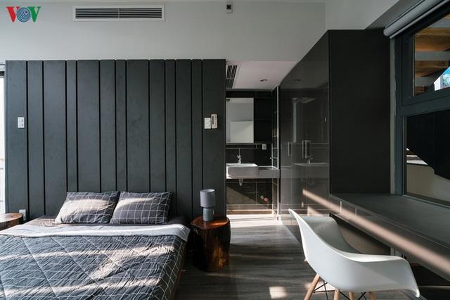 Ngôi nhà cá tính với tông màu xám, có bồn rửa và bồn tắm được đặt ngay trong phòng ngủ như đồ trang trí - Ảnh 13.