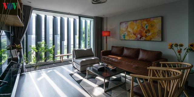 Ngôi nhà cá tính với tông màu xám, có bồn rửa và bồn tắm được đặt ngay trong phòng ngủ như đồ trang trí - Ảnh 3.