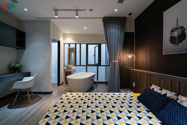 Ngôi nhà cá tính với tông màu xám, có bồn rửa và bồn tắm được đặt ngay trong phòng ngủ như đồ trang trí - Ảnh 8.
