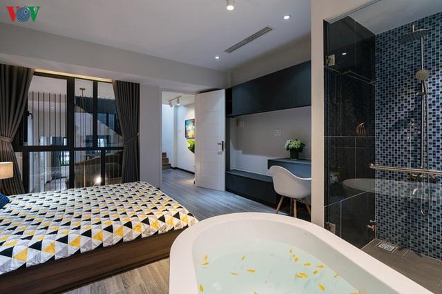 Ngôi nhà cá tính với tông màu xám, có bồn rửa và bồn tắm được đặt ngay trong phòng ngủ như đồ trang trí - Ảnh 9.