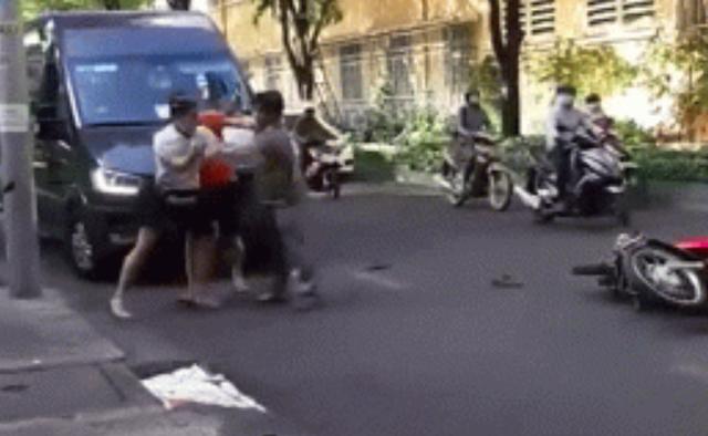 Va chạm giao thông, tài xế ô tô và 2 thanh niên đi xe máy lao xuống đường đánh nhau - Ảnh 1.