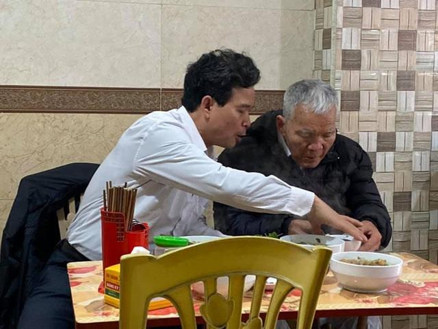 Hình ảnh người con trai lớn tuổi đút từng thìa bún rồi động viên Bố cố ăn hết bát này nhé khiến nhiều người nghẹn ngào - Ảnh 2.